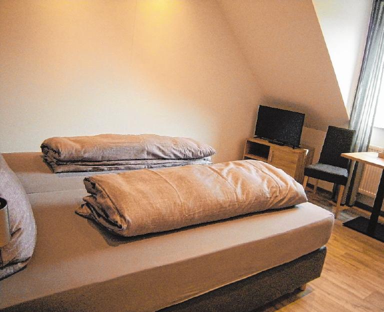 Übernachten auf dem Weingut: Familie Düll bietet vier modern eingerichtete Gästezimmer mit Bad an. FOTO: BENNI JENSEN