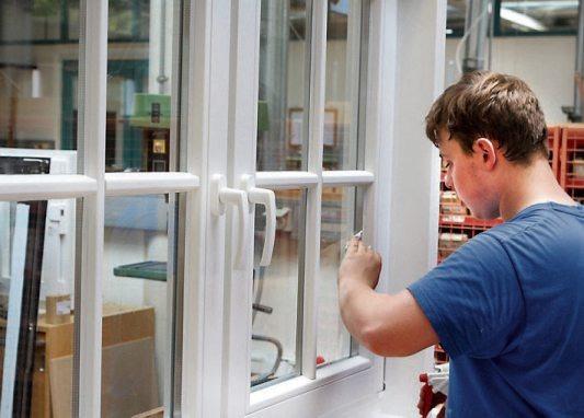 Das Glaserhandwerk ist extrem vielseitig: Der Umgang mit unterschiedlichen Materialien wie Holz, Kunststoff, Alu, Metall und natürlich Glas bringt Abwechslung in den Berufsalltag.