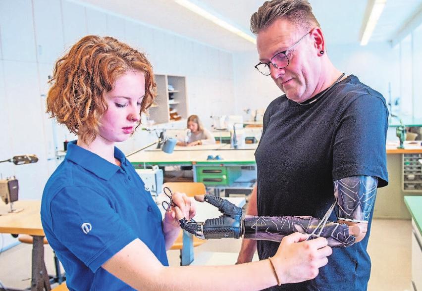 Die angehende Orthopädietechnik-Mechanikerin Luisa Richter passt eine Prothese an. Foto: Caroline Seidel/dpa-tmn