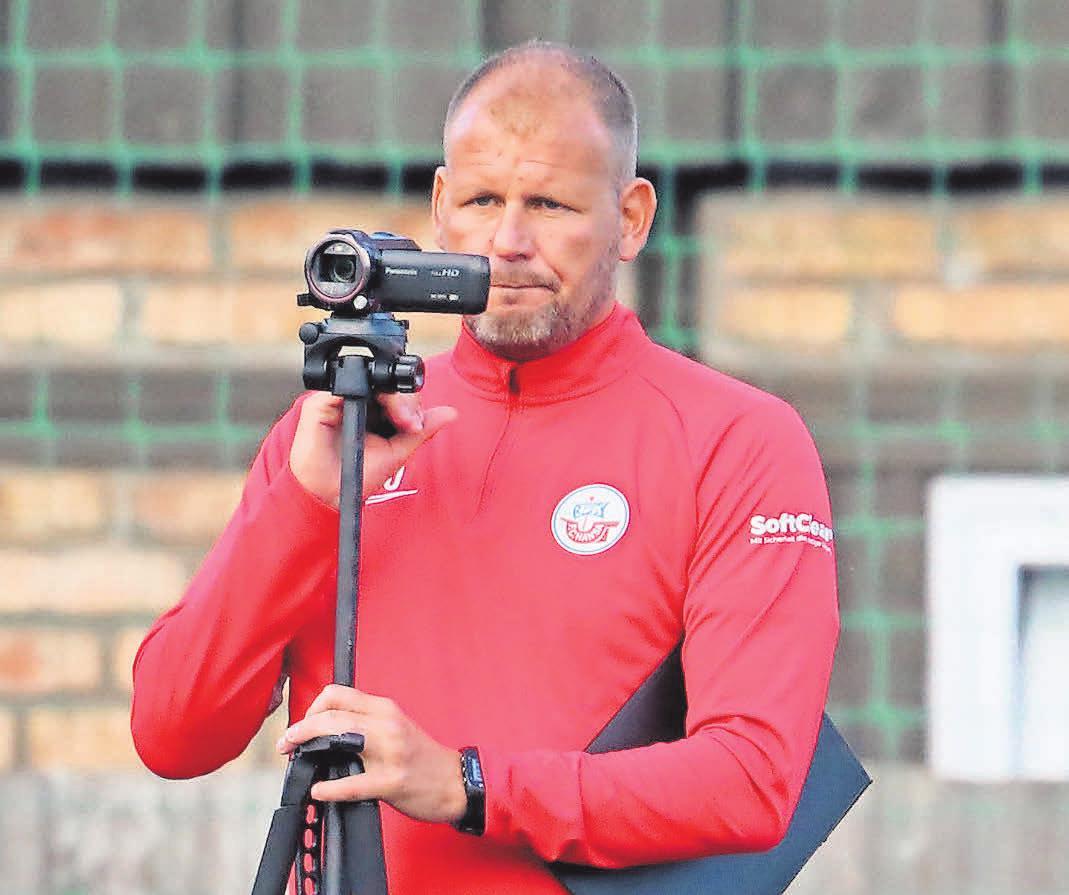 Alle und alles im Blick: Hansas Co-Trainer Uwe Ehlers betätigt sich beim Testspiel gegen die LSG Elmenhorst (16:0) als Kameramann. Chefcoach Jens Härtel analysiert zu Vergleichszwecken gern mit der Auswertung von Videosequenzen.
