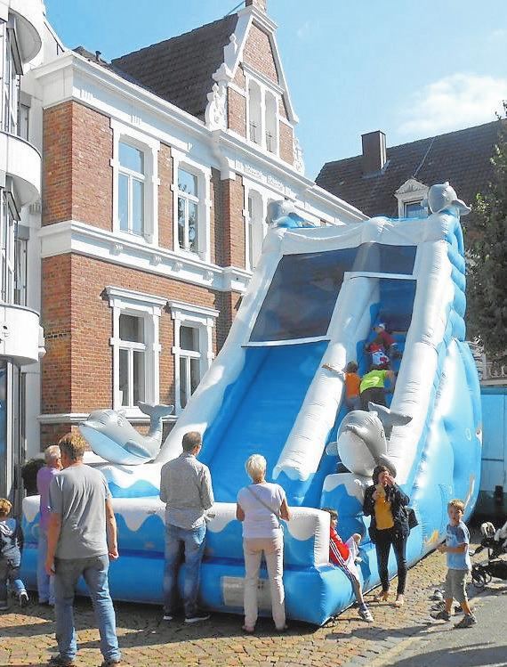 Für kleine und größere Kinder ist die Riesenrutsche in der Bahnhofstraße der Anziehungspunkt des Tages.