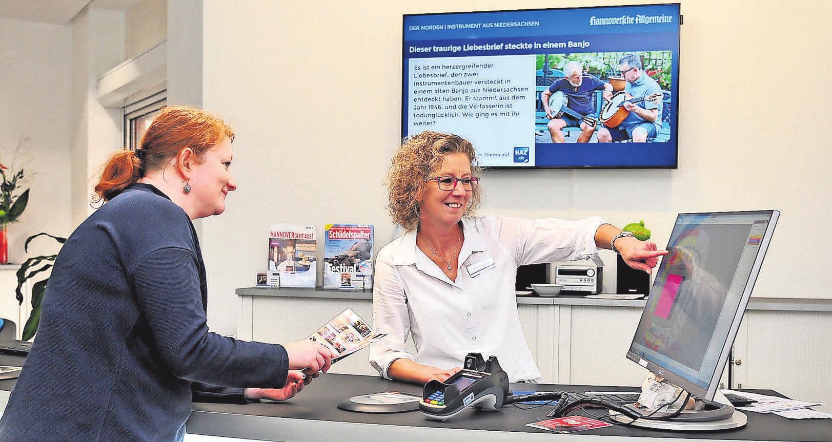 Servicemitarbeiterin Bianca Böning berät Kunden gern über Dienstleistungen und Produkte wie die Startpakete der Madsack Mediengruppe mit Tablet-PC, Datenflatrate, Apps und E-Paper-Zugängen.