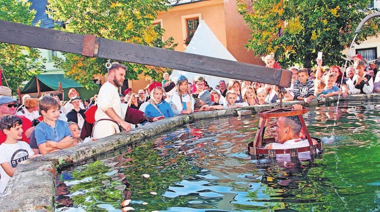 """Mit einer """"Bäckertaufe"""" versenken die Lichtenberger alle Unholde im Wasser des Brunnens. Fotos: Werner Rost"""