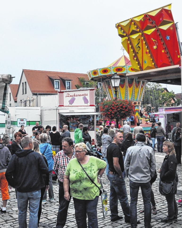 Gut besuchter Marktplatz anlässlich der Hofheimer Kirchweih im Jahr 2016. FOTO: MARTIN SCHWEIGER
