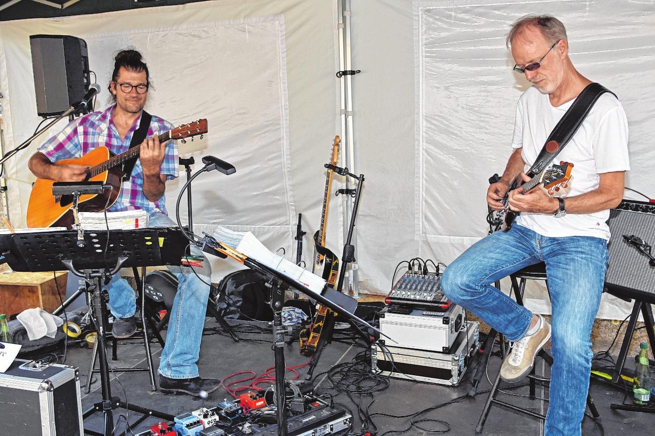 """Auf der Bühne in der Schlesinger Straße tritt die Band """"Double Feature"""" auf. Dahinter verstecken sich filigrane, jazzige aber auch zupackende Rock-Sounds von Gitarrist Norbert Schramm (rechts) sowie die gefühlvolle Stimme und raue, bluesige Gitarre von Ruppert Aumüller. FOTO: ULRIKE LANGER"""