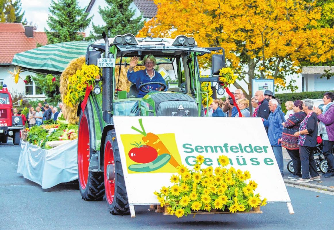 Das weithin bekannte Gemüse aus Sennfeld und die große Erntedankkrone (auf dem Wagen im Hintergrund) dürfen beim großen Festumzug natürlich nicht fehlen. FOTO: ANAND ANDERS