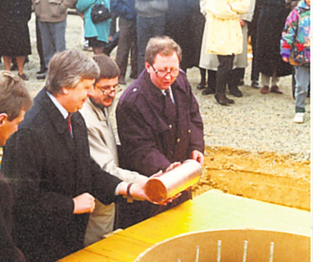 GRUNDSTEINLEGUNG für das Riff 1994: Sachsens Wirtschaftsminister Kajo Schommer (CDU), Architekt Erich Heidingsfelder, Bürgermeister Josef Eisenmann (CDU), von links. Foto: Johannes Tschech-Löffler