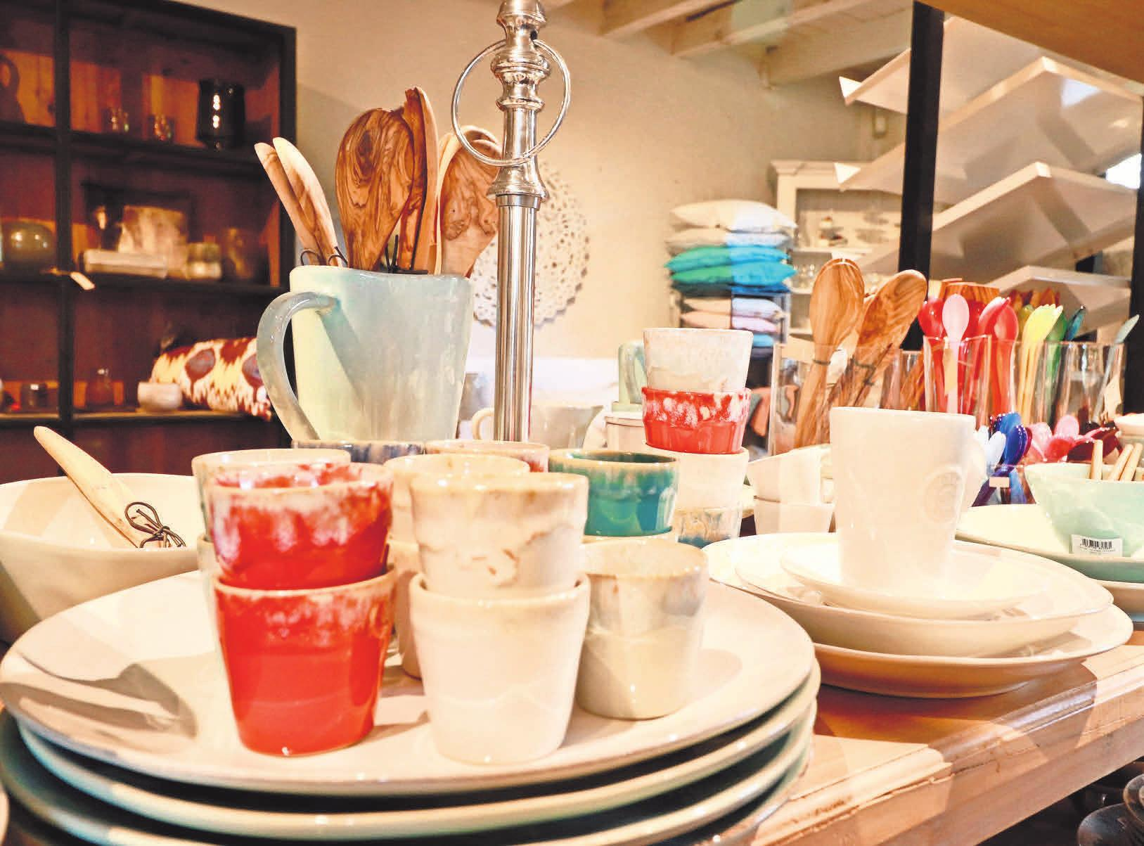 Mit einem schön gedeckten Tisch geht der Tag gut los und klingt gemütlich aus. Die passenden Accessoires von der Vase über das Geschirr bis hin zu feinem Leinen gibt es bei Home & Garden.