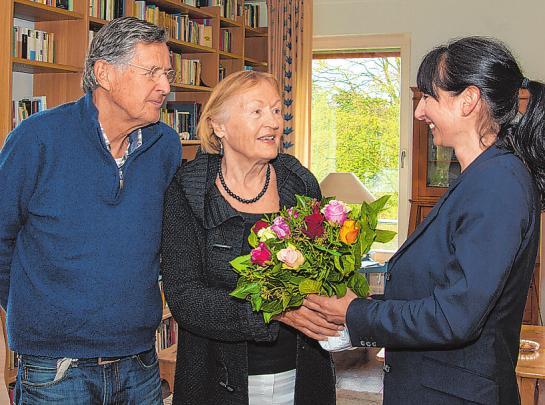 Marianne und Johann Prien haben sich in ihrer neuen Wohnung gut eingelebt. Nicole Mielke hat Blumen mitgebrach Foto: Umsorgt wohnen