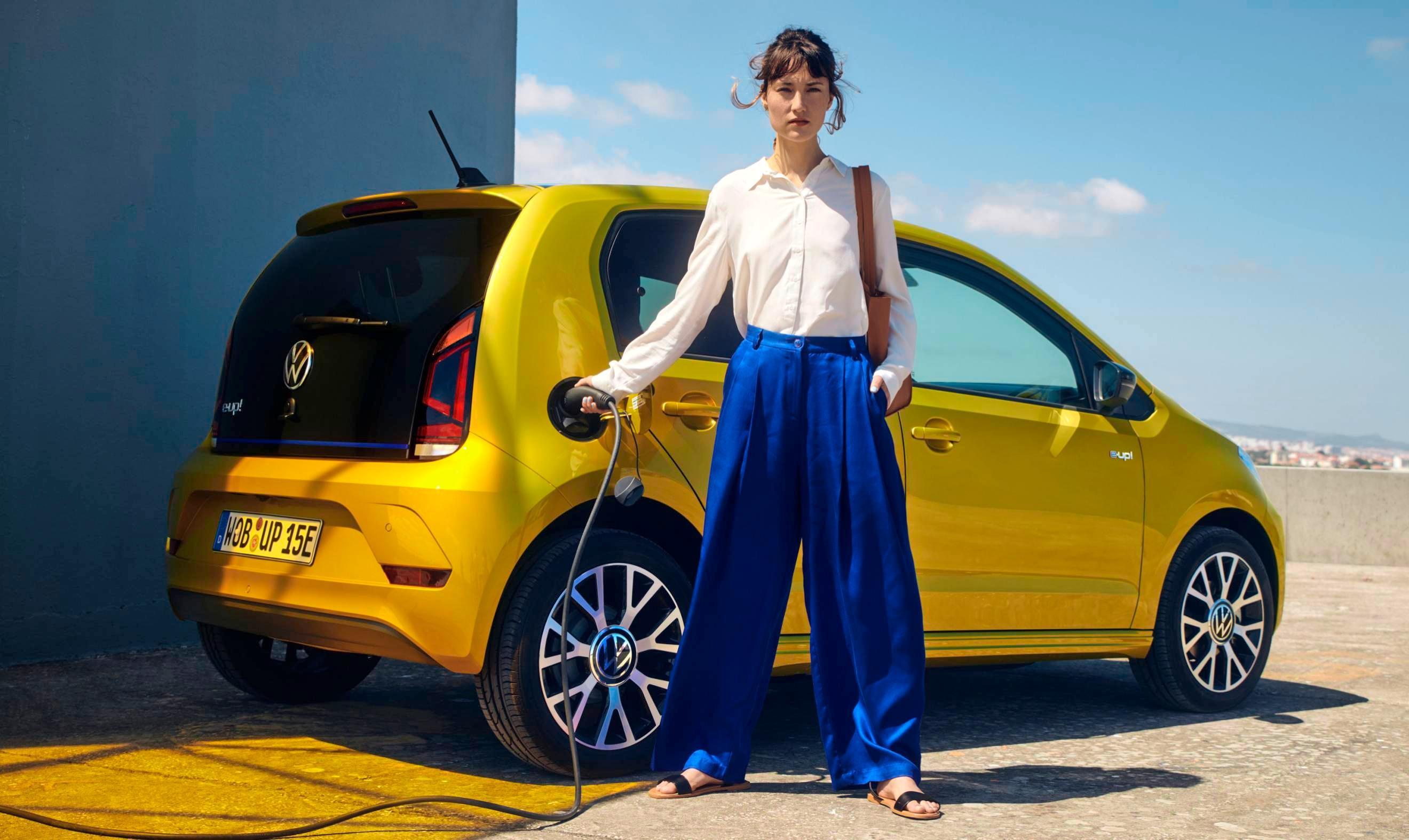 VW hat den kleinen E-Up überarbeitet. Neue Batteriezellen mit deutlich höherer Energiedichte ermöglichen künftig eine größere Reichweite von nun bis zu 260 Kilometern. Die Preise starten ab 21975 Euro.
