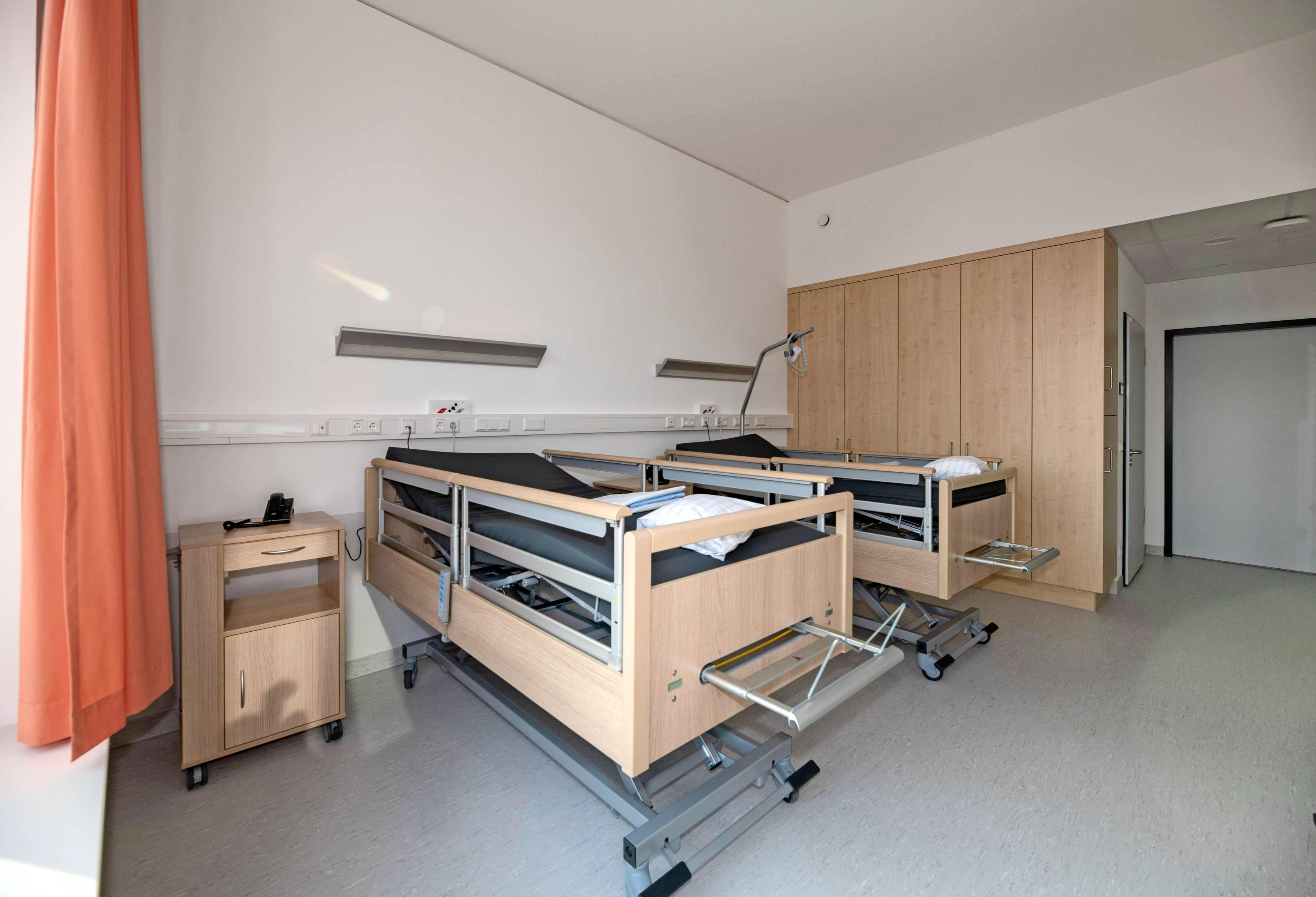 Die Zweibettzimmer der Geriatrischen Rehaklinik wirken hell und freundlich. Jeder Raum hat ein eigenes Duschbad.
