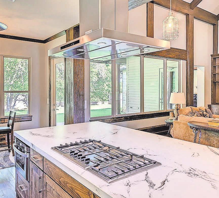 Über eine Kücheninsel lässt sich eine Dunstabzugshaube ideal installieren.