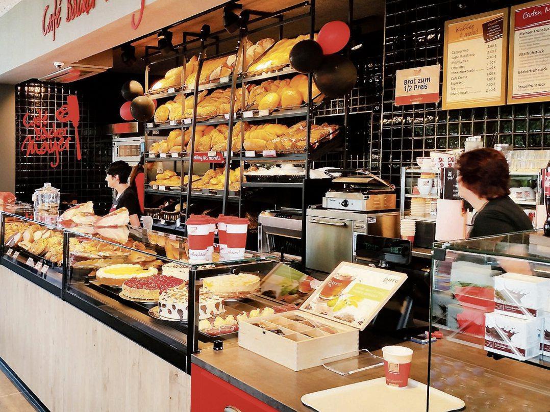 Von morgens fünf Uhr bis Ladenschluss sind von heute an alle Kaffeeliebhaber, Frühstücksfans, Pizza- und Brezelhungrige und alle diejenigen, die Gemütlichkeit schätzen, eingeladen, das neue Café von Café Bäcker Mayer in der Tübinger Hartmeyerstraße auf der Tübinger Wanne zu testen. Zur Eröffnung gibt es heute, Donnerstag, 14., und morgen, Freitag, 15. März, 50 Prozent Eröffnungsrabatt auf alle hausgemachten Waren. Bilder: Café Bäcker Mayer