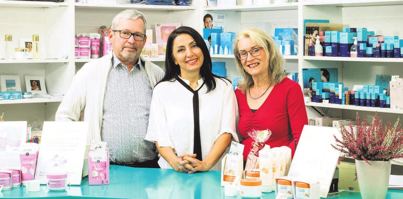 Franz Stühlmeyer und Bärbel Laumen haben ihr Kosmetikinstitut in der Kurze-Kamp-Straße an Katayoum Faraee (Mitte) übergeben. Foto: Tim von Stamm