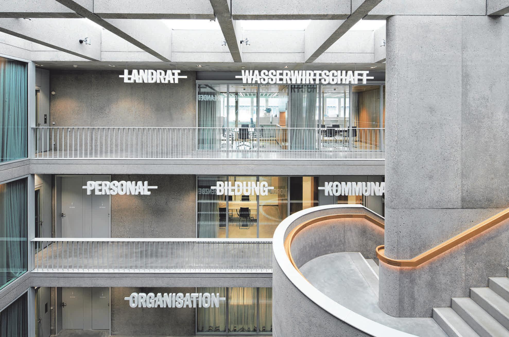 Die in großen, weißen Lettern angebrachten Amtsbezeichnungen fügen sich wie Kunstwerke harmonisch in das Gesamtbild ein.
