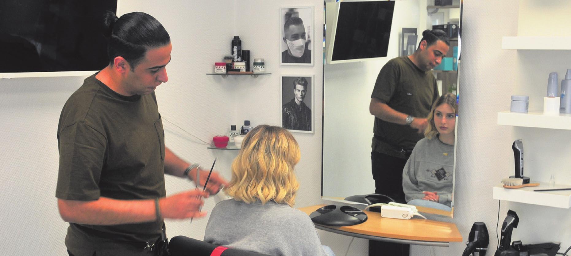 Mohassad Slemaui im Friseur-Salon in Ulm/Sö ingen mit einem seiner Models – immer mit voller Einsatzfreude.