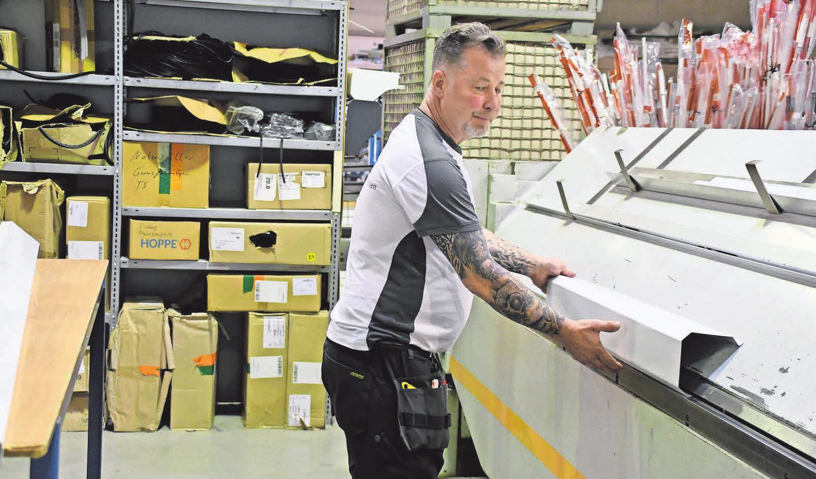 In der Fertigungshalle werden zum Beispiel die maßgenauen Kästen für die HEUER-Rollläden hergestellt.