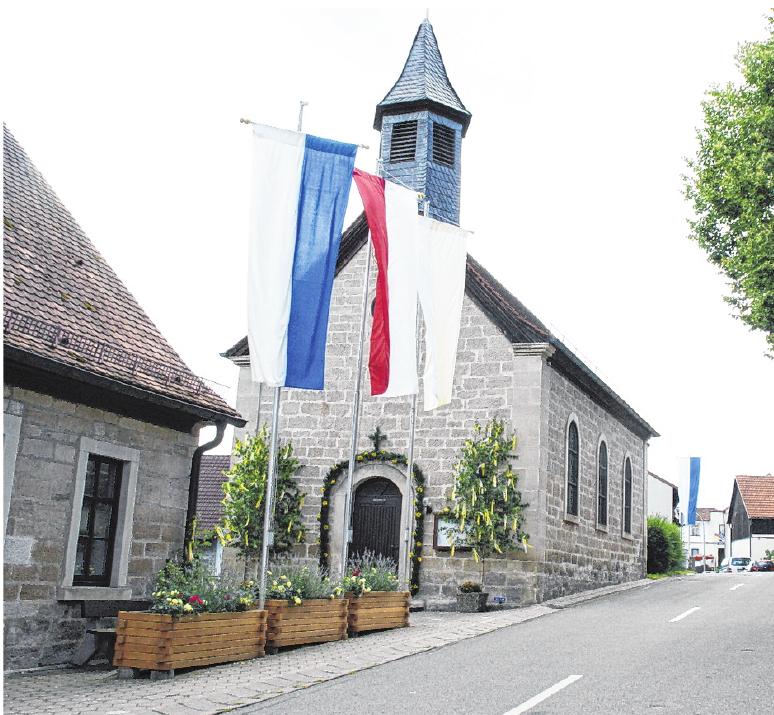 Prächtig herausgeputzt wird die kleine Kirche St. Anna in Neuschleichach zum Anna-Fest und zur Kirchweih im Hochsommer.