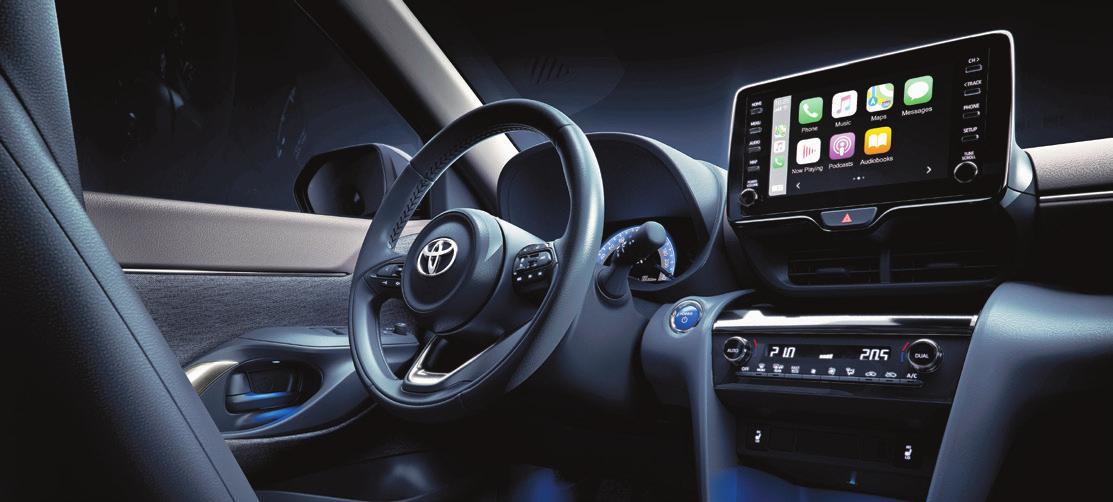 Aufgeräumter Arbeitsplatz mit grossem Infotainment-Touchscreen sowie Dreispeichenlenkrad. Bilder: Toyota