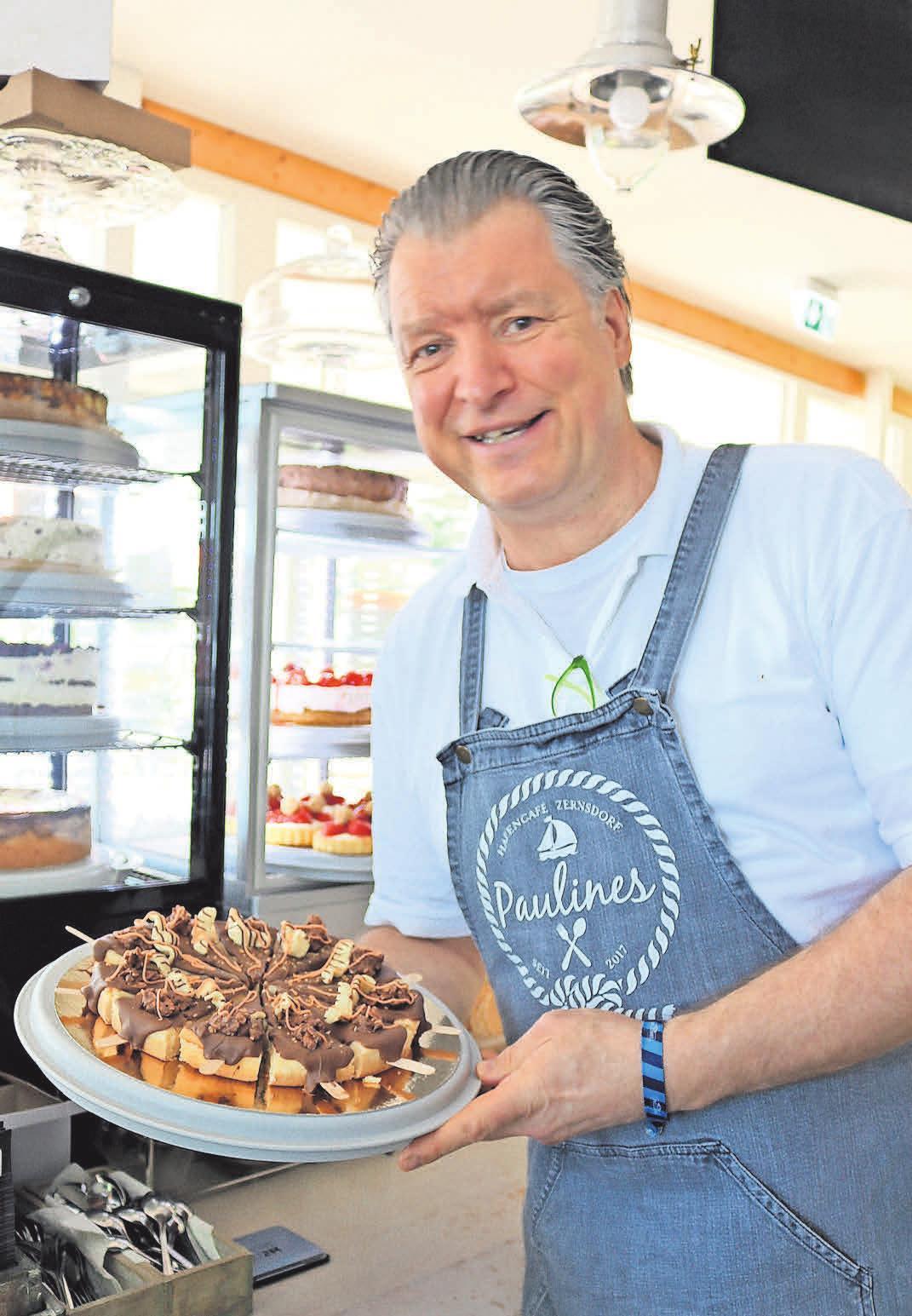 Käsekuchen am Stiel ist eine von Robert Lieskes Kreationen in Paulines Strandcafé in Zernsdorf.