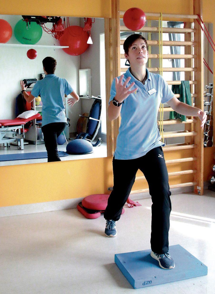 Sarah Eisenschmid demonstriert, mit welchen Übungen die Teilnehmer des Gleichgewichtstrainings am UZP für die Wahrnehmung ihres Körpers sensibilisiert werden und wie sie ihn gegen die Schwerkraft im Gleichgewicht halten können.