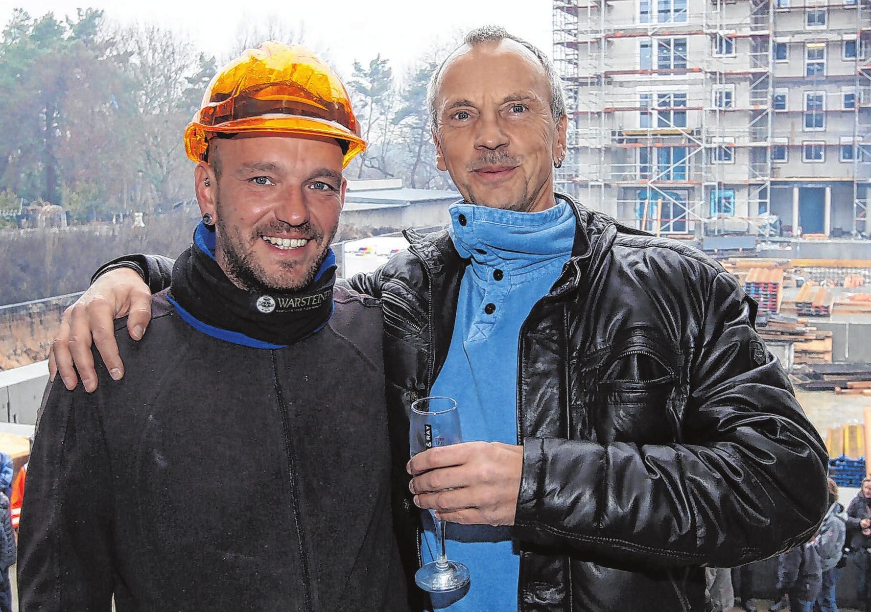 Haben gut lachen: Investor Guido Ney (r.), Bauunternehmer aus der Gemeinde Schorfheide, und sein Polier Roberto Hübner