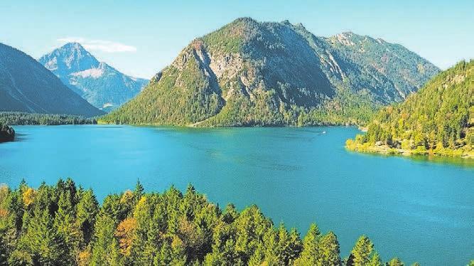 ...oder Wandern zu kristallklaren Bergseen – die Naturparkregion Reutte bietet Abwechslung für jeden Urlaubsgeschmack.