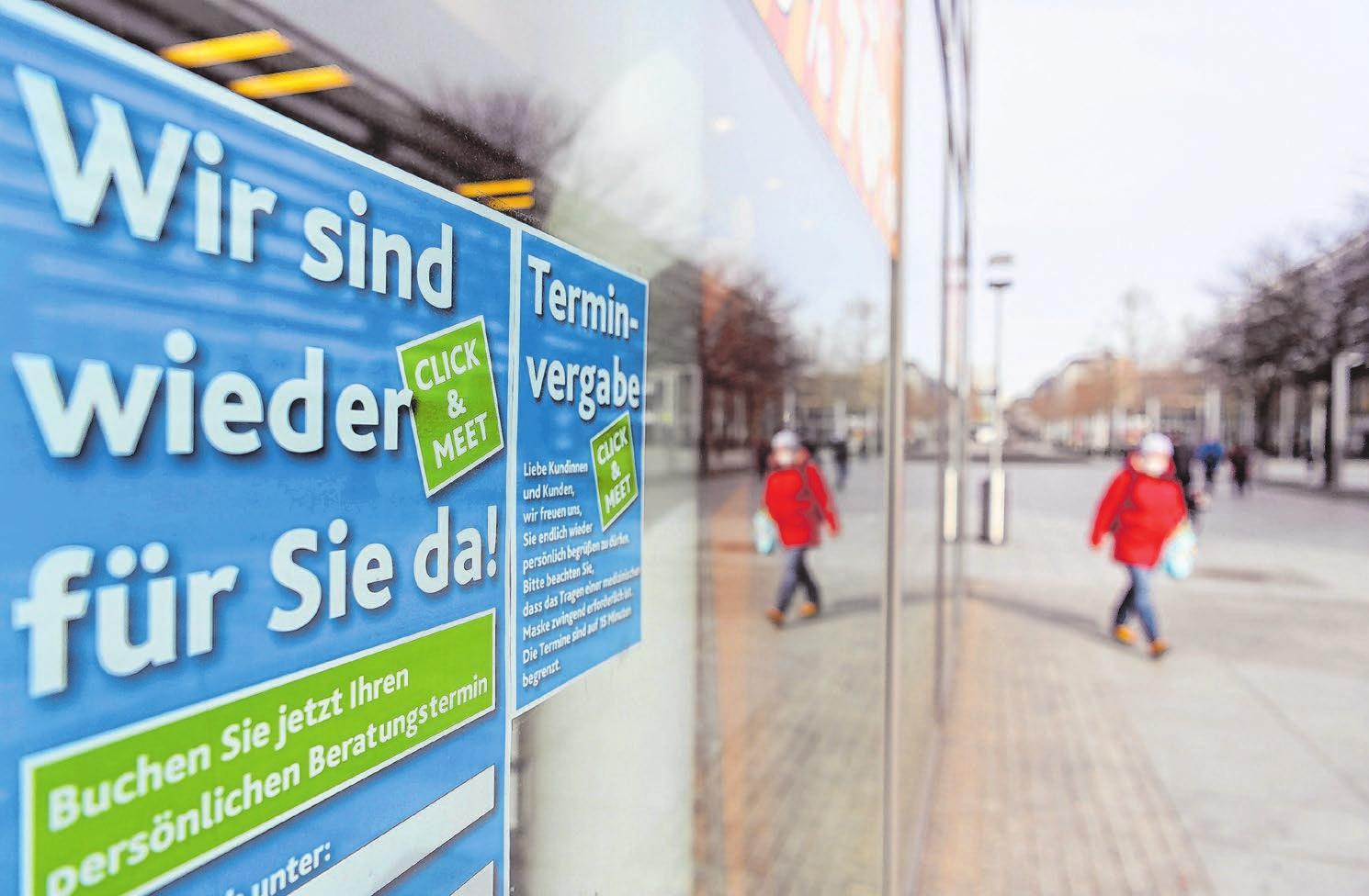 Willkommen: Die Einzelhändler sind froh, bei entsprechendem Inzidenz-Wert im Landkreis nun wieder Kunden empfangen zu können. Fotos: dpa  <div><br></div>
