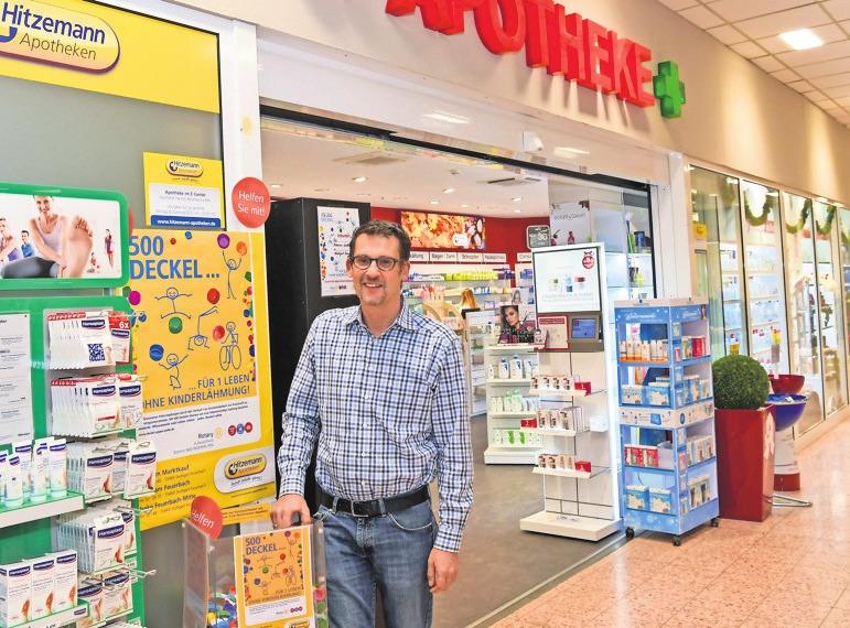 """Apotheker Karsten Hitzemann vor seiner """"neuen"""" Apotheke im E-Center. Foto: Tom Bloch"""
