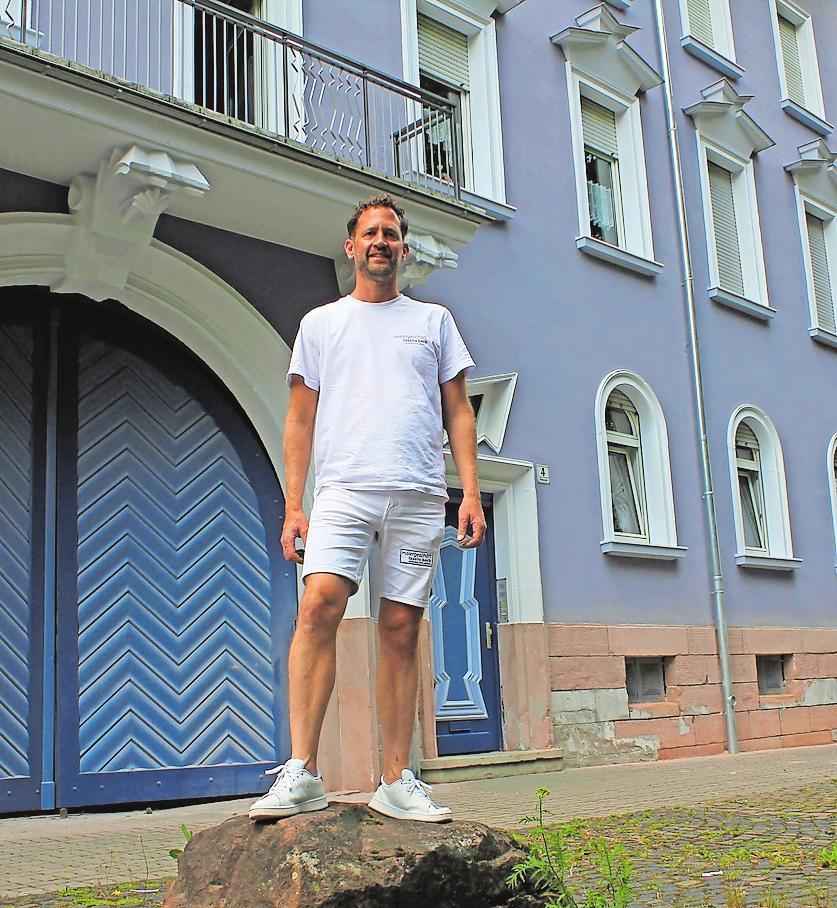 Übernimmt kleine und Großprojekte: Malermeister Tassilo Beck vor einer Altbaufassade, die neu gestaltet wurde. FOTO: LMO