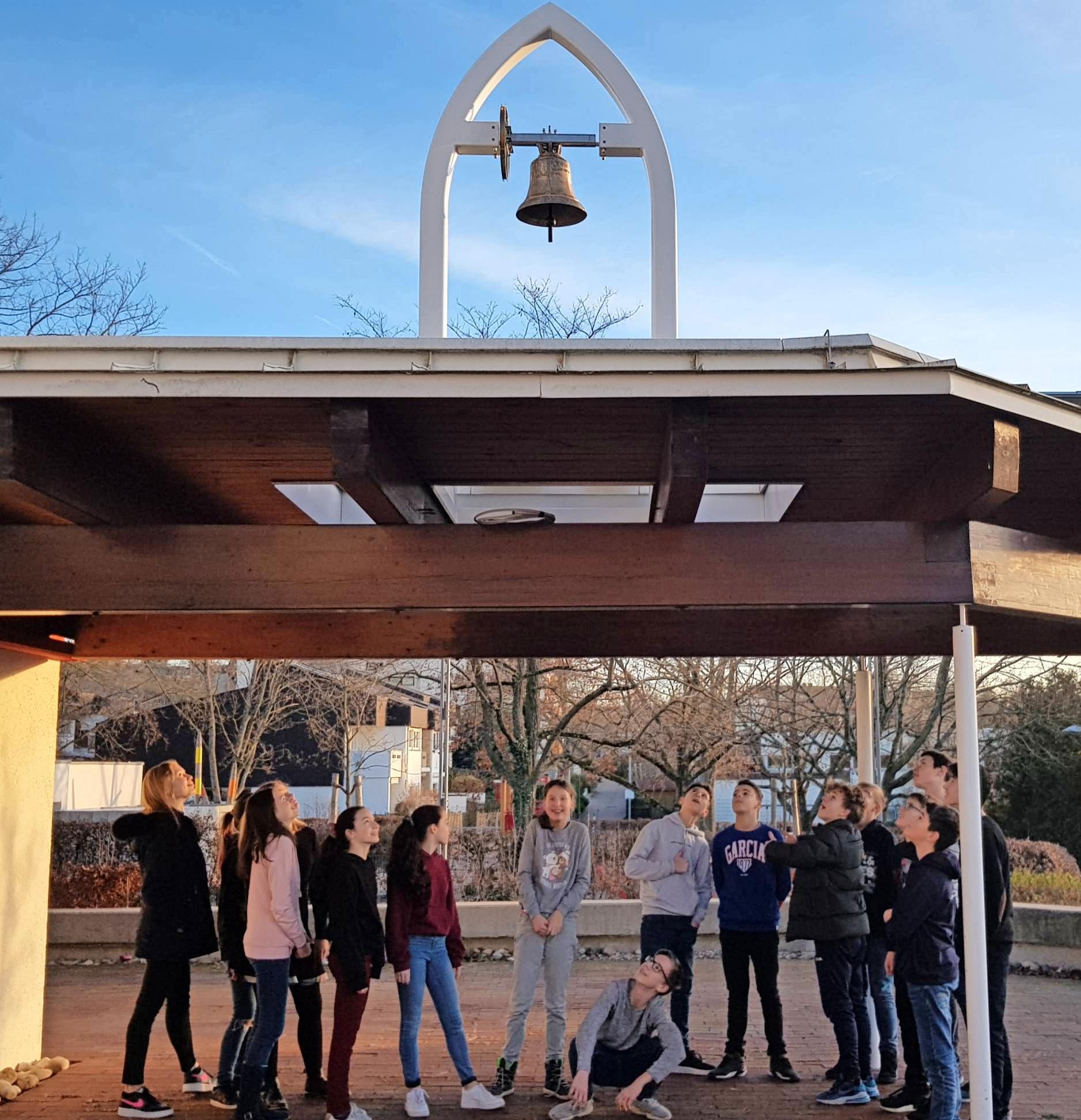 Mit einem feierlichen Gottesdienst wird die Buga-Glocke, die Gläubige jetzt zum Gottesdienst in der Martin-Luther-Kirche ruft, eingeweiht. Angebracht wurde sie an einem eigens entworfenen Glockenträger im gotischen Stil, der gut mit der modernen Architektur der Kirchenterrasse harmoniert. Fotos: privat