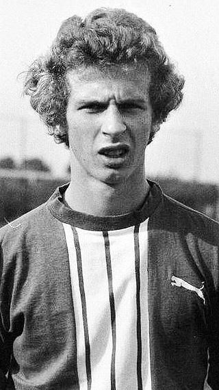 DER SPIELER: Im Nachwuchs des SC Grün-Weiß Lichtenbusch und des Bremer SV begann die aktive Karriere, die Uwe Erkenbrecher schon in der C-Jugend zu Werder Bremen führte. Ab 1973 gehörte er zum Bremer Bundesliga-Kader, absolvierte 24 Erstliga-Spiele und schoss dabei ein Tor – im März 1974 gegen Ex-Nationaltorhüter Wolfgang Fahrian, der damals bei Fortuna Köln zwischen den Pfosten stand. 1975 holte Trainer Karl-Heinz Feldkamp Erke in die 2. Liga zu Wattenscheid 09, es folgten die Stationen Göttingen 05, KSV Baunatal, Atlas Delmenhorst, 1. FC Paderborn, Teutonia Lippstadt, Borussia Lippstadt und FC Stukenbrock, wo er als 29-Jähriger als Spielertrainer fungierte und damit seine zweite Fußball-Karriere startete.