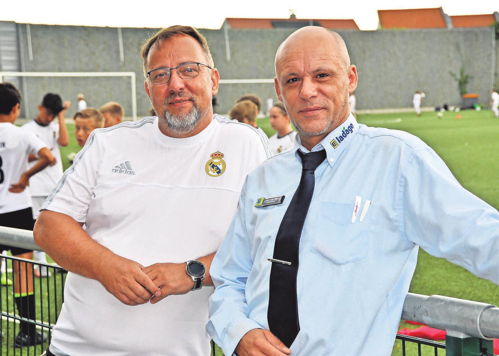 Jugendwart Stephan Fromm (links) und EDEKA-Ladage-Marktleiter Mirco Schilg freuen sich über den guten Abschluss der Fußballtage mit Real Madrid.