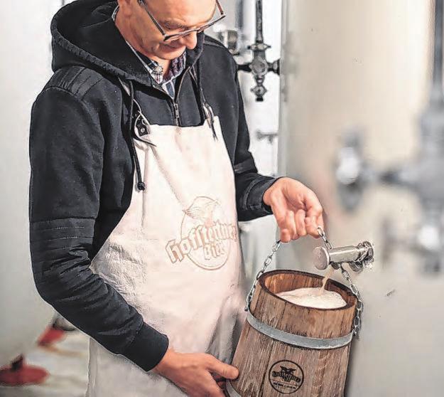 Besucher dürfen sich selbst ein Kübelbier zapfen. <span>Fotos: Brauerei Hofstetten</span>