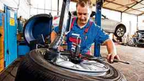 Ein professionelles Auswuchten neuer Reifen gehört in Fachbetrieben zum Service dazu.