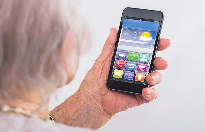 Einige Mobiltelefone erleichtern Rentnern die Bedienung Bild: Andrey Popov/stock.adobe.com