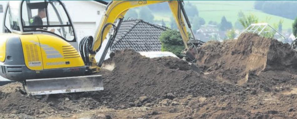 Baggerarbeiten bieten sich an, solange das Gerät noch problemlos auf das Grundstück kommt. Foto: Michael Wetter
