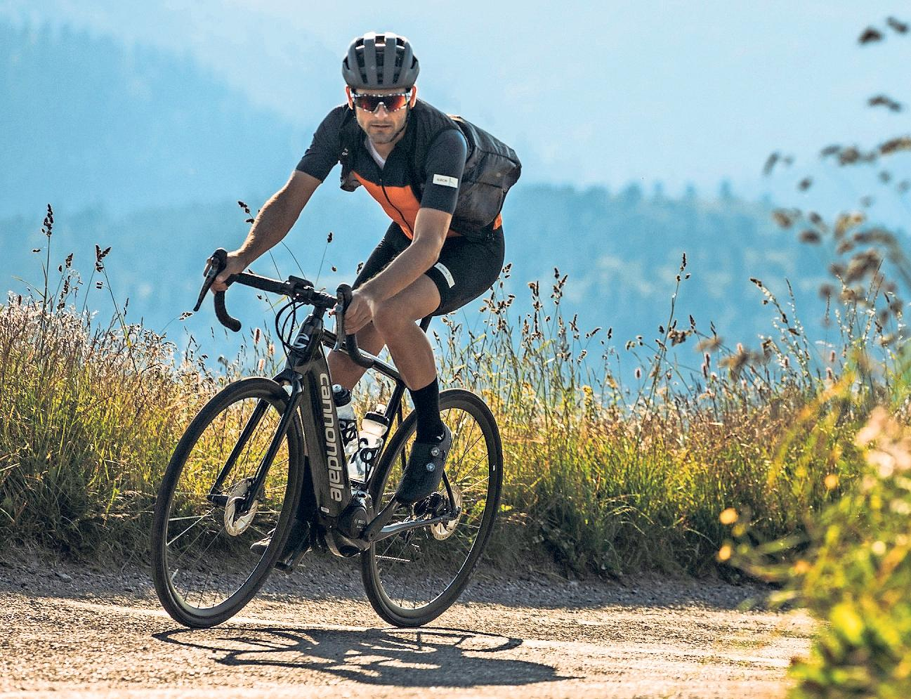 BREITERE REIFEN: Gravel-Bikes sind mit bis zu 50 Millimeter breiten Reifen ausgestattet, um auch Wege abseits asphaltierter Straßen problemlos unter die Räder nehmen zu können.Foto: Cannondale/pd-f/dpa-tmn