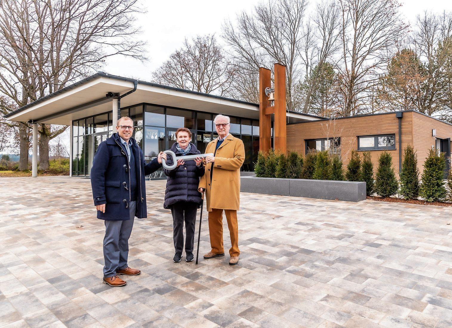 Das Ehepaar Irene und Pius Brändle bei der symbolischen Schlüsselübergabe an Empfingens Bürgermeister Ferdinand Truffner. Bilder: Gemeinde Empfingen