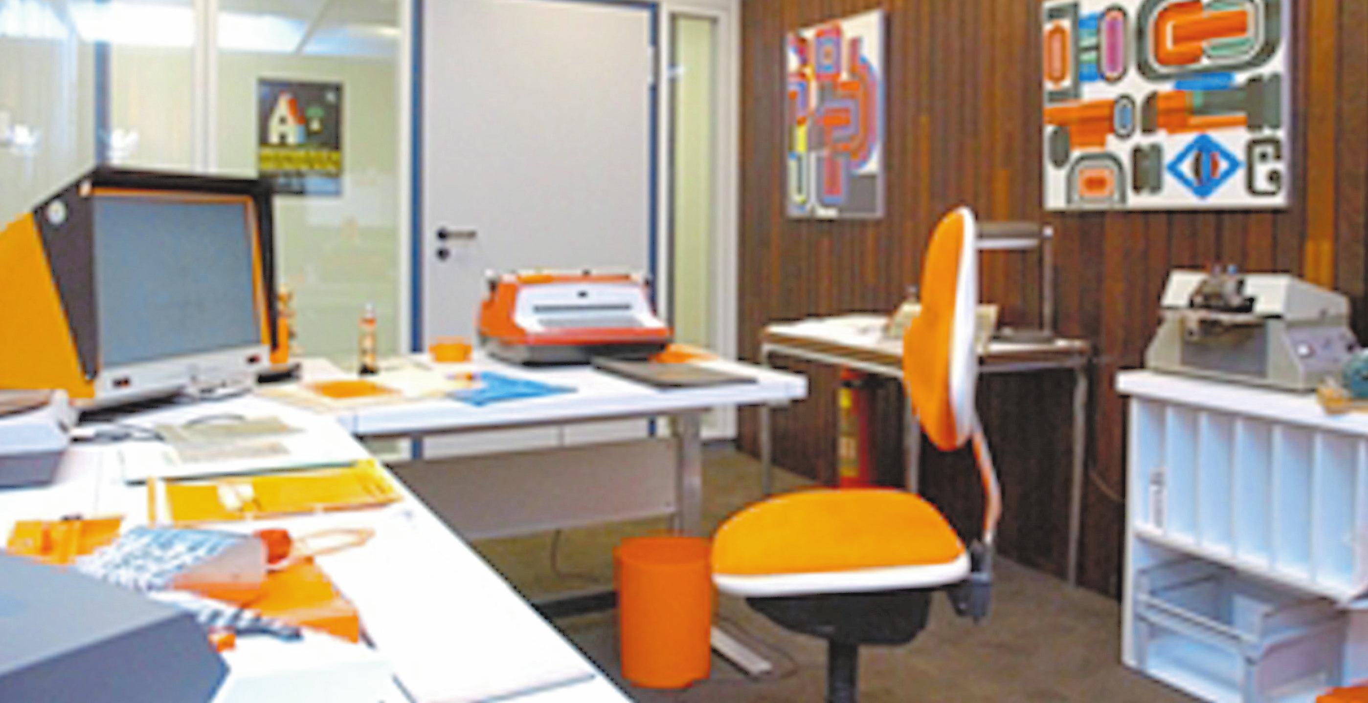 """Damals und heute: Im Keller der LBS ist ein """"Nostalgiebüro"""" aufgebaut. Im Jahr 2019 wird im modernen Großraumbüro gearbeitet.Foto: LBS"""