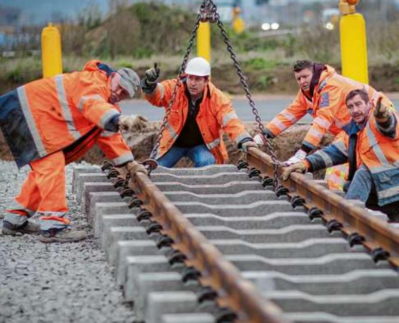 Die DB bietet auch duale Studiengänge wie Bauingenieurwesen mit integrierter Berufsausbildung zum Gleisbauer an. PA/FREDRIK VON ERICHSEN