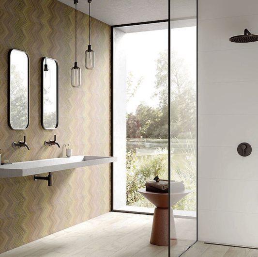 Luxus und Barrierefreiheit sind keine Widersprüche: Komfortbad mit bodenebener, schwellenlos zugänglicher Dusche – und extravagantem Fliesendesign im XL-Format. Bild: djd/Deutsche-Fliese.de/Steuler