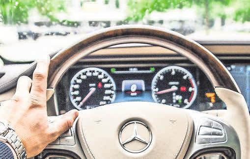 Vielen fällt es mit zunehmendem Alter immer schwerer, ein Auto zu bedienen. Foto: Pixabay