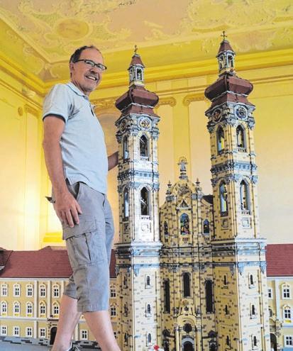 Burkhard Siemoneit mit Legokloster.