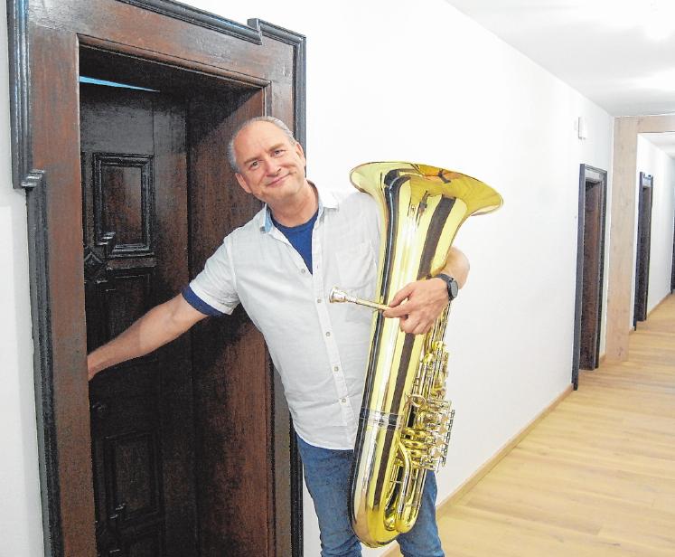 An der Musikakademie in Hammelburg gelangen Dozenten und Kursteilnehmer zum Übernachten durch schmale Türen in die ehemaligen Klosterzellen. FOTO: WOLFGANG DÜNNEBIER