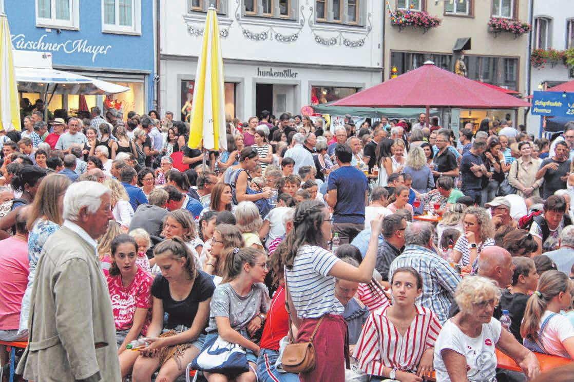 Ausgelassen wird auf dem Marktplatz gefeiert. FOTOS: SUSI WEBER