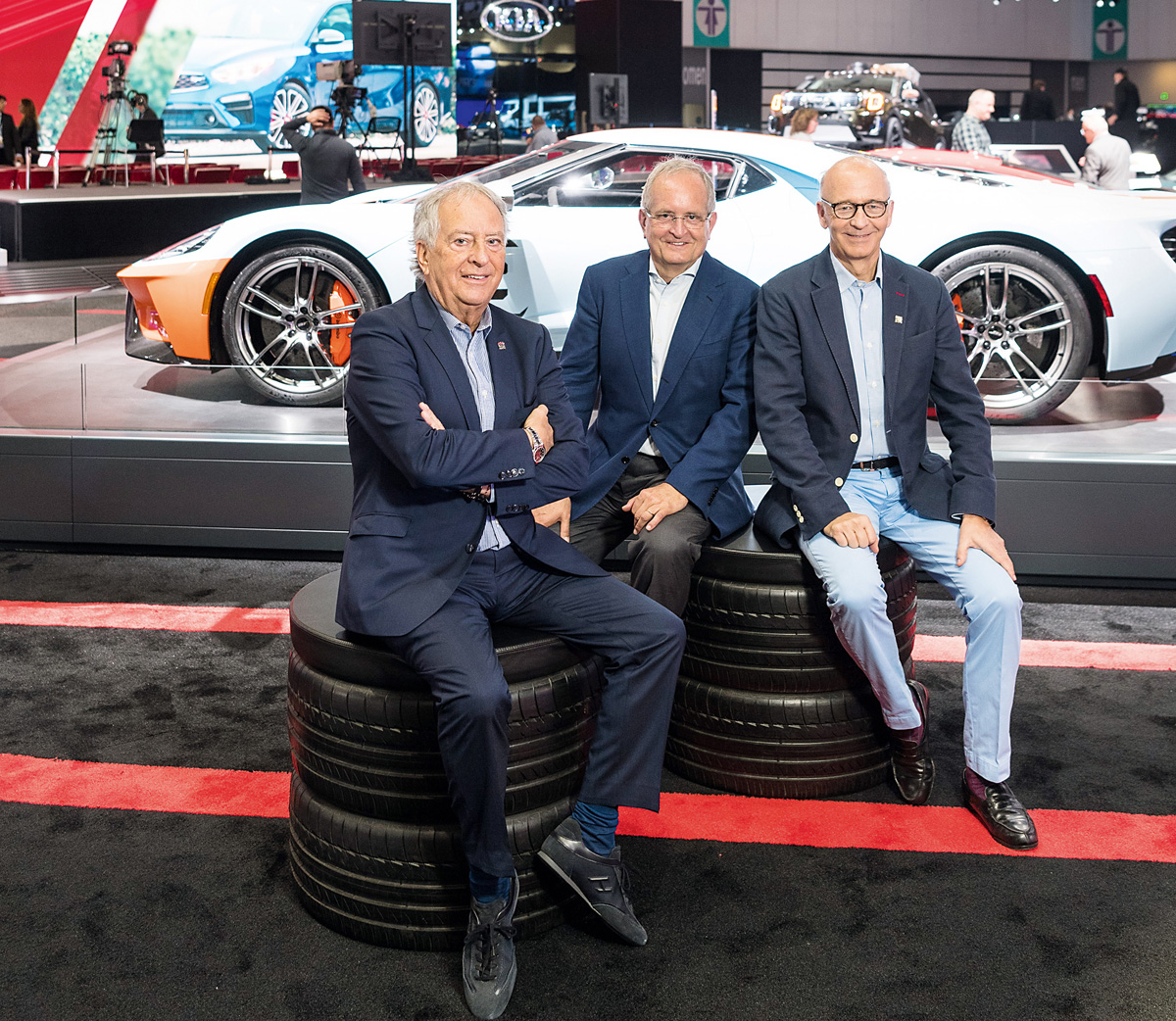 Trio du salon Hefti, Launaz et Turrettini posent au Salon de l'automobile de Los Angeles devant la légendaire Ford GT.
