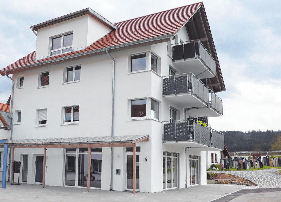 Im Erdgeschoss des vierstöckigen Neubaus ist nun der großzügige Verkaufs- und Ausstellungsraum der Firma Grabmale Salzmann. Foto: Bettina Fillinger