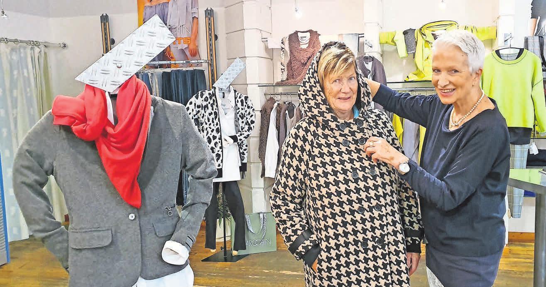 Beraten wie von einer Freundin: Christine Oberheide mit Doris Schröder im neuen Mantel von Creenstone.