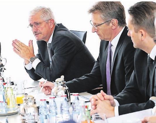 Ralph Robert Dahlmanns (Kanzlei Hartmann Dahlmanns Jansen Rechtsanwälte, l.) rät, potenzielle Bauflächen gemeinsam zu entwickeln. Der Flächenbedarf ist nicht nur in Wuppertal, sondern in allen Kommunen hoch, weiß Udo Reinhardt (Barmenia Versicherungen, Mitte).